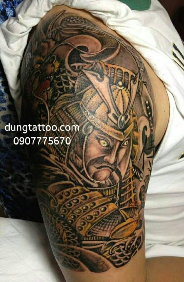 Hình xăm chiến binh samurai đang thực hiện từ tay qua kín ngực