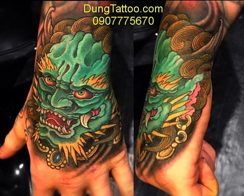 hinh xam dau ky lan mu ban tay dung tattoo thuc hien